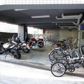 屋根付き駐輪場もあります