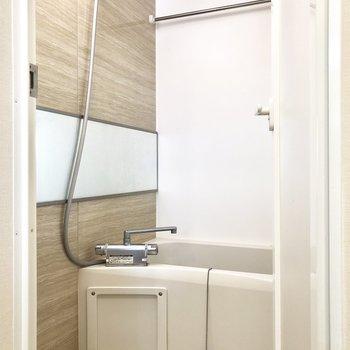 奥にお風呂。乾燥機付きで室内干しに便利です。※写真は2階の同間取り別部屋のものです