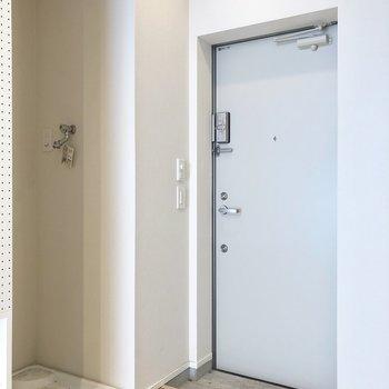 玄関横に洗濯機置場。※写真は2階の同間取り別部屋のものです