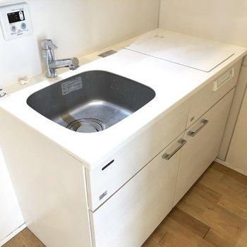 IHで料理場を確保。間取りに対し比較的大きめなキッチンです。※写真は2階の同間取り別部屋のものです