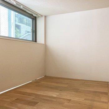 ロフトにも窓付きで採光◎※写真は2階の同間取り別部屋のものです