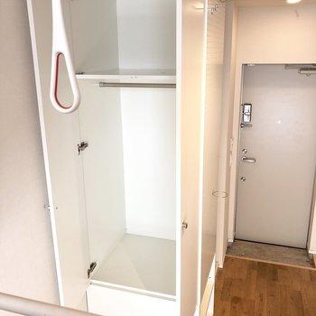 コンパクトなクローゼット。手前に物干し金具が見えます。※写真は2階の同間取り別部屋のものです