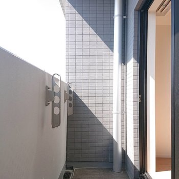 ベランダもちょうどいい大きさ※写真は8階の反転間取り別部屋のものです