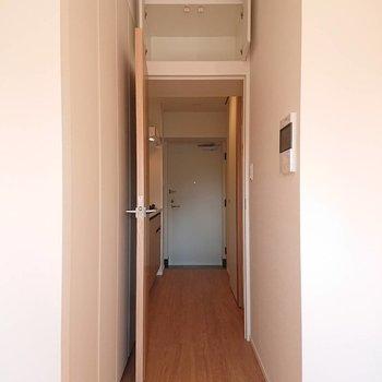 上を御覧ください!小さい収納!※写真は8階の反転間取り別部屋のものです