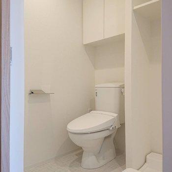 トイレ上にも大きめの収納が。※写真は8階の反転間取り別部屋のものです
