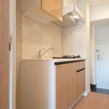 キッチン左手に冷蔵庫が置けます※写真は8階の反転間取り別部屋のものです