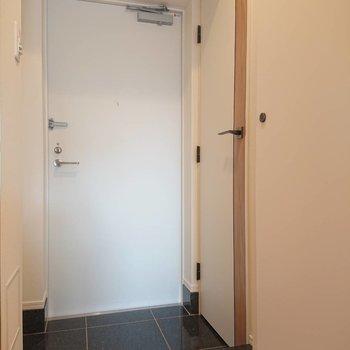 玄関に何やらもう一つの扉が。※写真は8階の反転間取り別部屋のものです