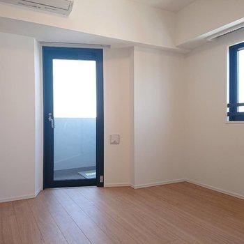【5.7帖洋室】こちらも二面採光。しかもベランダつき