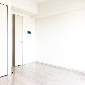 扉も白!統一感があって素敵です。※写真は8階の同間取り別部屋のものです