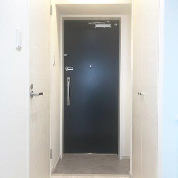 玄関周りをみてみましょう。※写真は8階の同間取り別部屋のものです