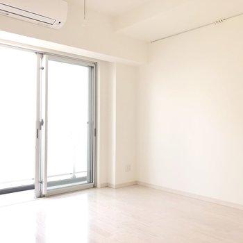 白いフローリングは、お部屋が明るい印象に◎※写真は8階の同間取り別部屋のものです