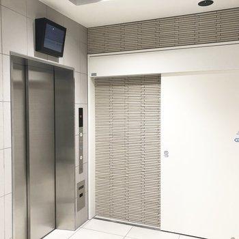 エレベーターにはモニター付き。