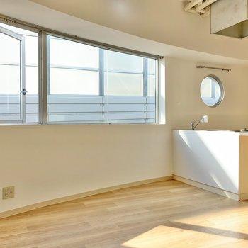 斜めから。グイーンと斜めなのがわかります。窓が大きいので雰囲気も明るいんです。