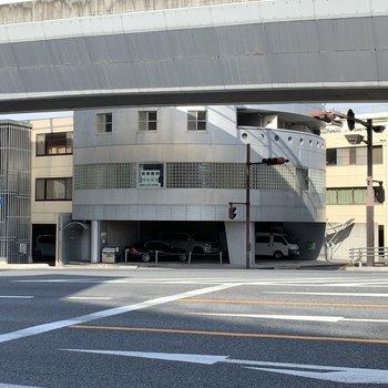 遠めですがお家は、ufoのような形をした建物です。小さなまる枠 が可愛い。