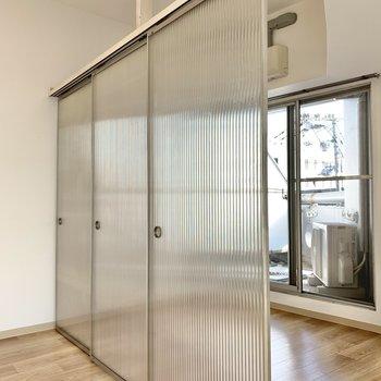 透明引き戸はスムーズに動きます。戸は4枚。ちゃんと壁から壁まで、隠せれますよ◯