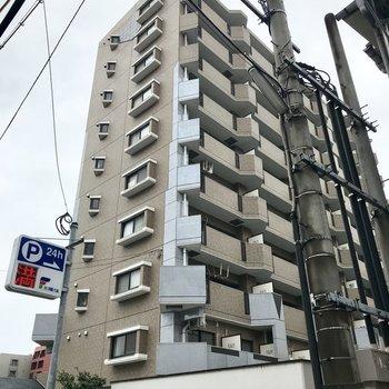 閑静な住宅街に現れた背の高いマンション。