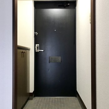 玄関はシンプルな感じ。※写真は8階の同間取り別部屋、クリーニング前のものです