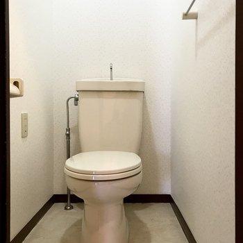 トイレもシンプルだけど上部収納ありました。※写真は8階の同間取り別部屋、クリーニング前のものです