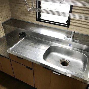 レトロなキッチンだけどシングルレバーじゃん!※写真は8階の同間取り別部屋、クリーニング前のものです。実際のキッチンの色は白になります。