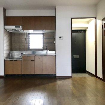 ほっこりとした感じ。※写真は8階の同間取り別部屋、クリーニング前のものです。実際のキッチンの色は白になります。