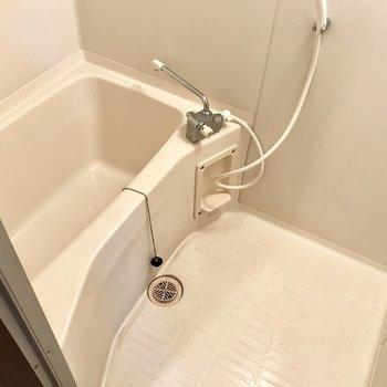 お風呂はシンプルに!※写真は8階の同間取り別部屋、クリーニング前のものです