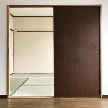 洋室と和室は引き戸で繋がっています。※写真は8階の同間取り別部屋、クリーニング前のものです