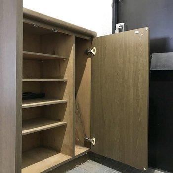 シューズBOXは小さめ。上にWelcomeボード飾ろうかな。※写真は8階の同間取り別部屋、クリーニング前のものです
