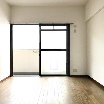 6帖の洋室!日当たりは普通だけど明るいの。※写真は8階の同間取り別部屋、クリーニング前のものです