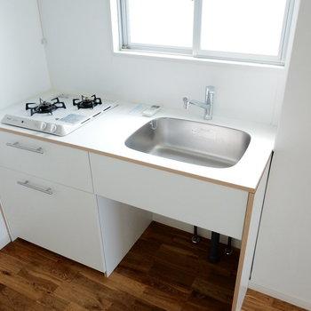 キッチンは2口で作業スペースもしっかり※写真は別部屋の似た間取りのもの
