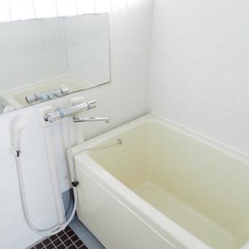 お風呂は黒のタイルでかっこよく。※写真は別部屋の似た間取りのもの