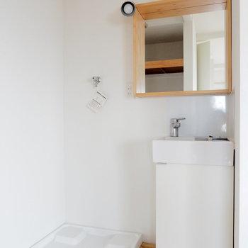 オリジナルの洗面台と、洗濯機置場※写真は別部屋の似た間取りのもの