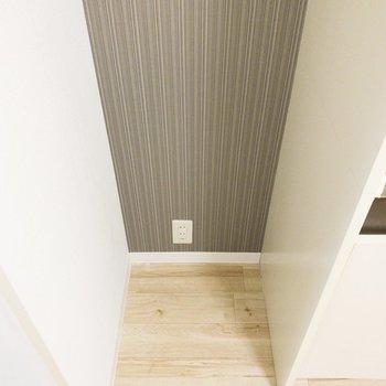 冷蔵庫置き場は後ろの壁紙がおしゃれです。