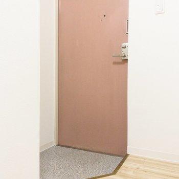 かわいい色の玄関。