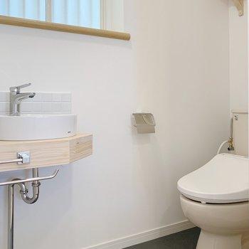 こちらは2階のキッチン裏にあるトイレ。