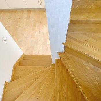 階段は既存のまあですが、無垢床とちゃあんとマッチしてますよ