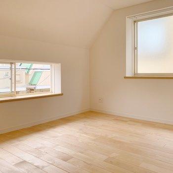 右側のお部屋。6.5帖で、こちらも2面に窓が!