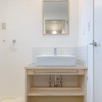 1階には水回り。洗面台はタイルと木枠でナチュラルな雰囲気!