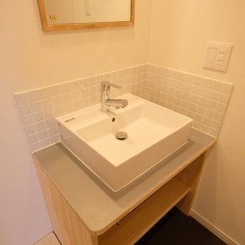 【イメージ】1階の脱衣場にはナチュラルな雰囲気の洗面台