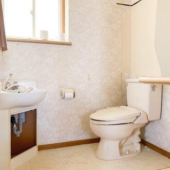 【工事前2F】洗面台は新しいものへ、トイレはウォシュレットが付きます。