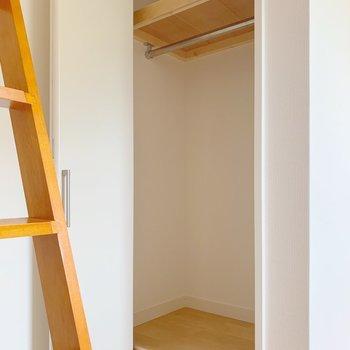はしご脇には収納があります。お報復はこちらにかけて!