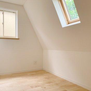 窓は高い位置にちょこちょこっと。デザインがステキですね。