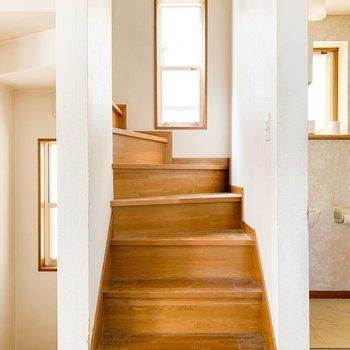 【工事前2F】階段も窓があって明るいです。