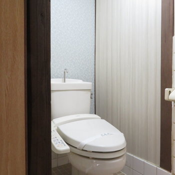 温水洗浄便座付きのトイレですね