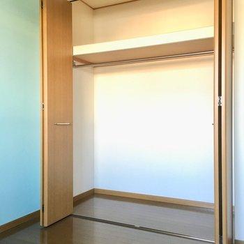 洋室の収納はこのサイズ感。コートやワンピースもたくさんしまえます。(※写真は清掃前のものです)