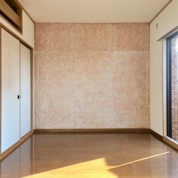 木っぽい質感の壁紙がアクセント。(※写真は清掃前のものです)
