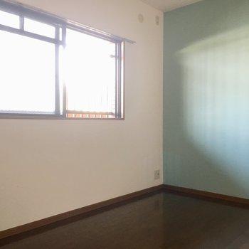 こちらは6帖の和室。爽やかな水色のアクセントクロス。子供部屋にしてもかわいい!(※写真は清掃前のものです)