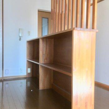 キッチン後ろには食器棚も付いています。電子レンジなどもここに置けます。(※写真は清掃前のものです)