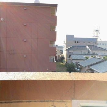 眺望はお隣の建物。この辺は高い建物はそんなにありませんよ〜。