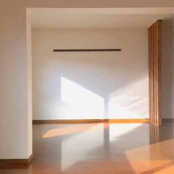 キッチン側の壁にはハンガーレール付き。(※写真は清掃前のものです)