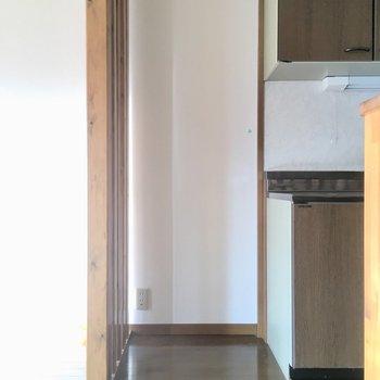 キッチンの横が冷蔵庫置場。大きいサイズも入りそうです。(※写真は清掃前のものです)